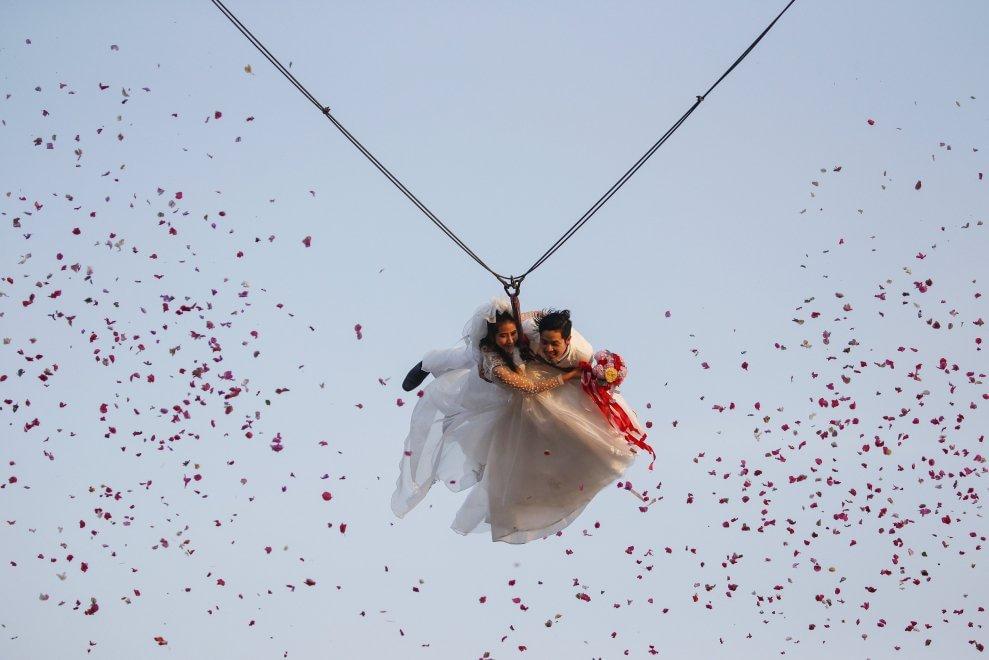 Thailandia, quel ''sì'' appeso al filo: gli sposi volanti