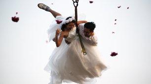 Un ''sì'' appeso al filo San Valentino, sposi volanti