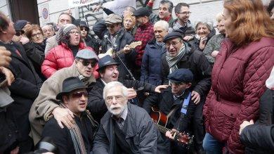 Milano, dopo 50 anni folla in via Gluck per il sogno verde del Molleggiato   video