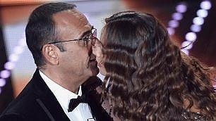 """Sanremo 2016, baci da ricordare Madalina """"accende"""" Carlo Conti"""