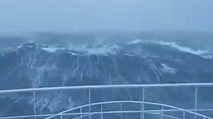 Nave in balia della tempesta onde come scarpate alte 15 metri