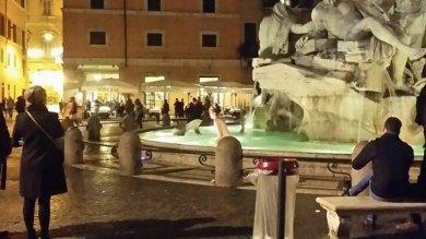 Roma, si tuffa nudo nella fontana  del Bernini di piazza Navona   video