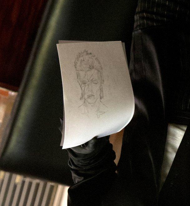Lady Gaga, omaggio a David Bowie: il tatuaggio sul fianco