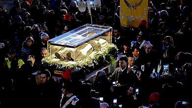 San Pio, ritorno spoglie in Puglia   foto   A Pietrelcina lacrime e proteste   video