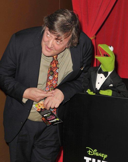 Stephen Fry, la battuta sulla costumista non piace: chiude l'account Twitter