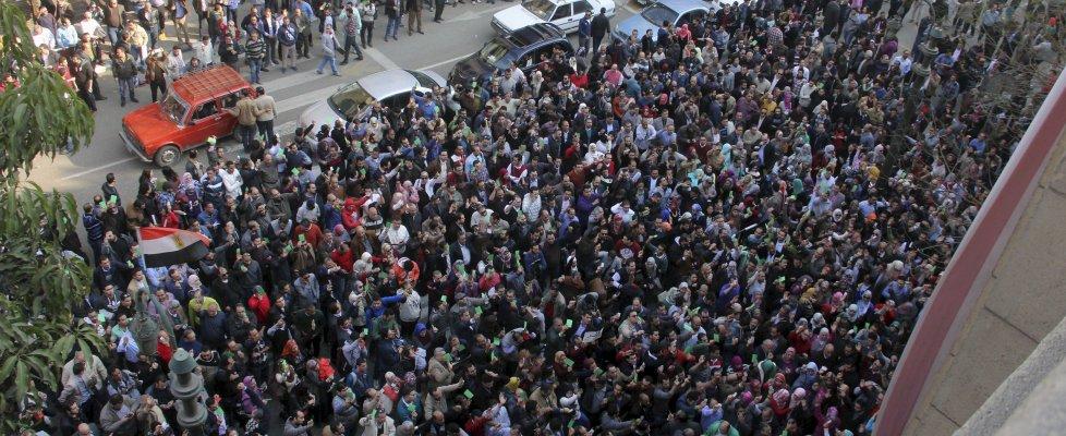Egitto, medici in strada contro gli abusi della polizia: sfida alla legge anti-proteste