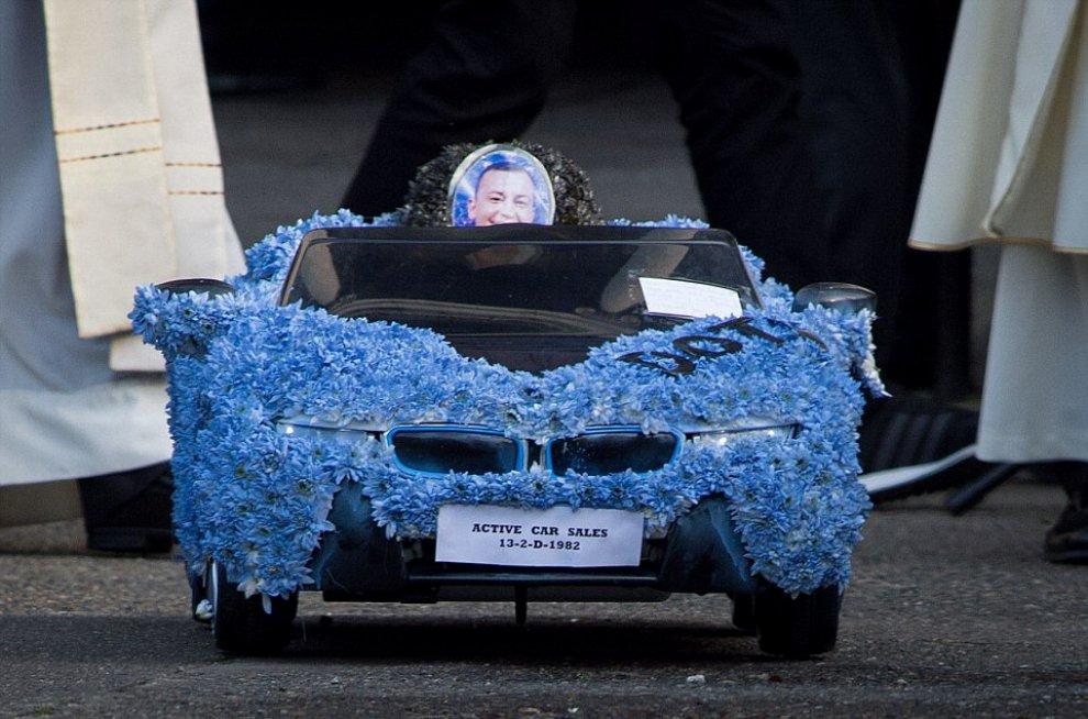 Dublino: carrozze, fiori e cornamuse per il funerale kitsch del gangster
