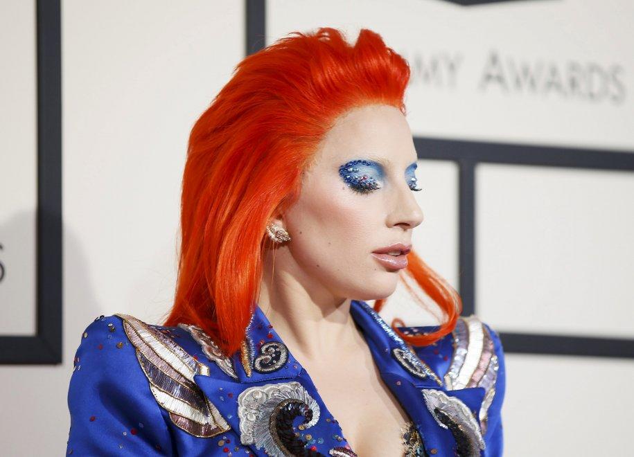 Grammy Award, Lady Gaga da brividi: l'omaggio a Bowie è perfetto