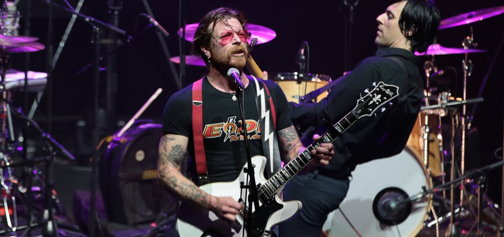 """Eagles of Death Metal, live a Parigi dopo la strage: """"Siamo emozionati, aiutateci a cantare"""""""