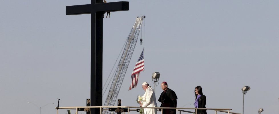"""Papa Francesco tra i migranti alla frontiera Messico-Usa: """"Siete vittime di tante ingiustizie"""""""