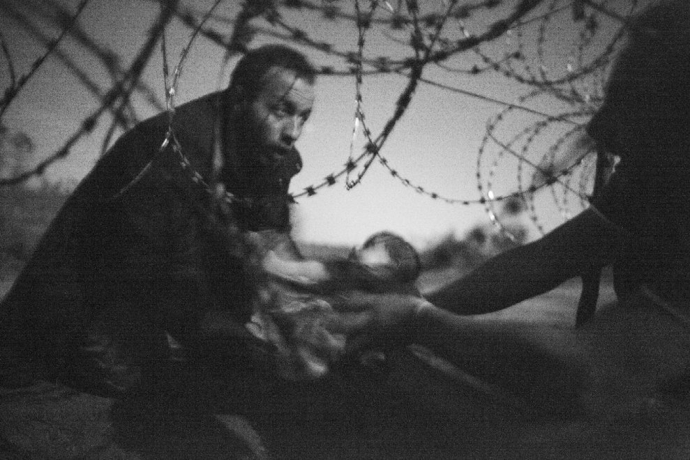 World Press Photo: il neonato al confine tra Serbia e Ungheria è la foto dell'anno