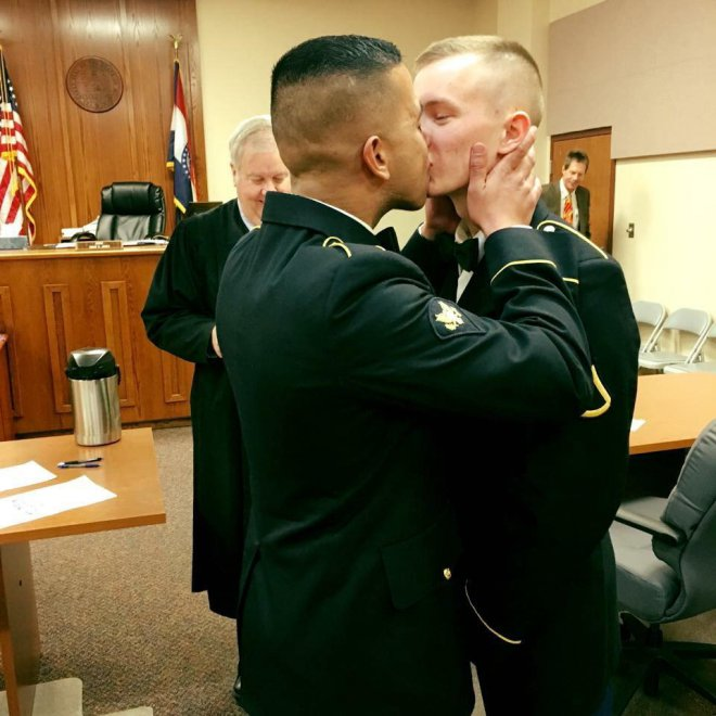 Usa, gay e militari? Ora è possibile: i due soldati si sposano in divisa