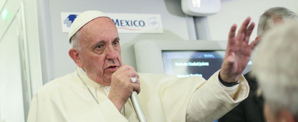 """Il Papa: """"Unioni civili? Il Vaticano non si immischia"""". Attacco a Trump"""