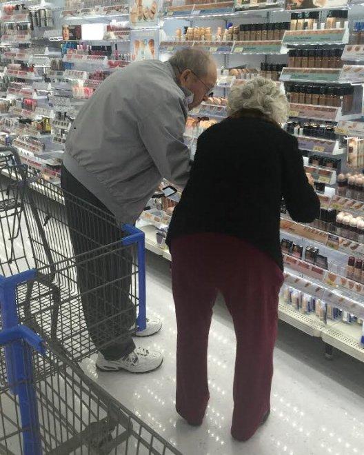 Stati Uniti, lei in difficoltà, lui la aiuta a scegliere il make up: la tenerezza della coppia di anziani