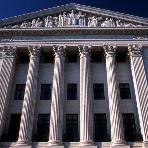 """Apple non molla: il caso dell'iPhone """"di San Bernardino"""" verso la Corte Suprema. Istanza del governo"""