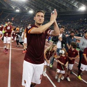 """Roma, la lunga giornata di Totti. 'Cacciato' dal ritiro va allo stadio. Spalletti: """"Il caso è chiuso, anche mio figlio ce l'ha con me"""""""