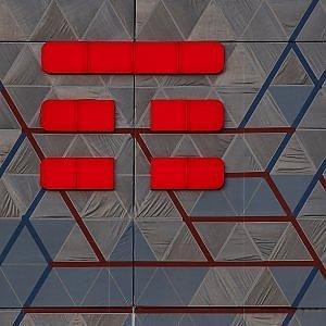 Vivendi approfitta dei saldi di Borsa e stringe la presa su Telecom