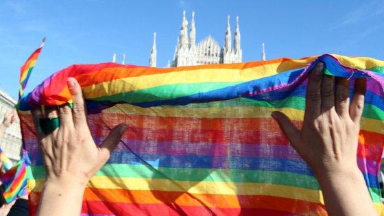 """Unioni civili, scoppia la rivolta del mondo gay: """"La politica svende i nostri figli"""""""