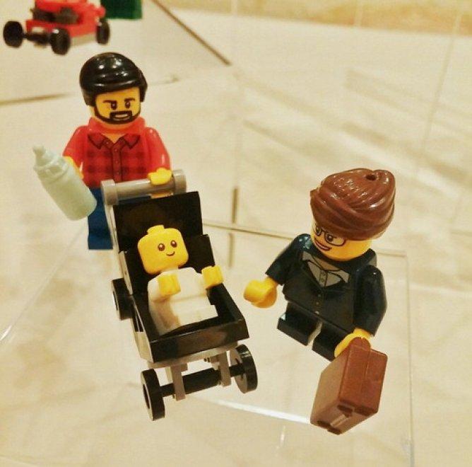 A casa con i figli: il nuovo papà Lego è hipster e non lavora