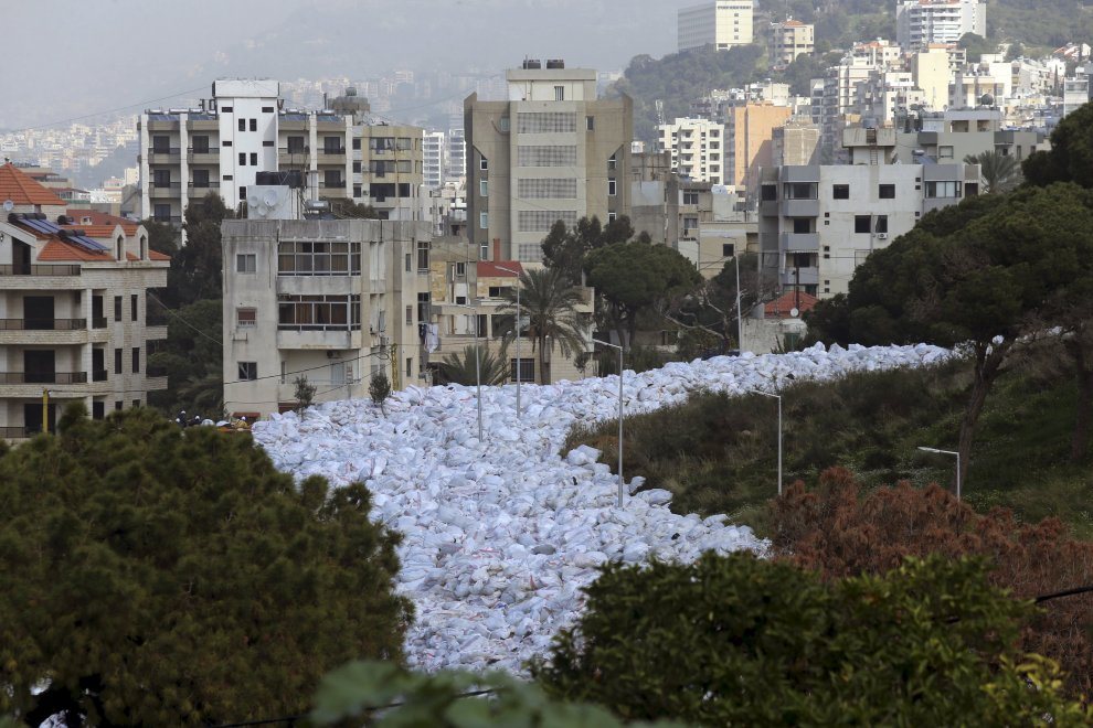 Libano: il serpentone di rifiuti invade Beirut