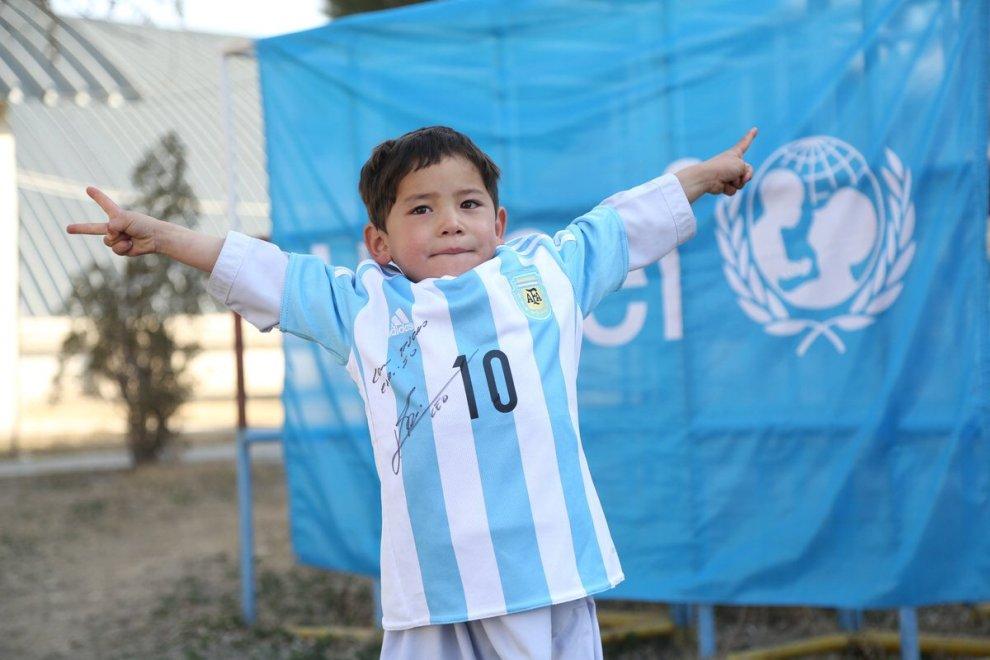 Il sogno di Murtaza è realtà: riceve da Messi la maglia originale