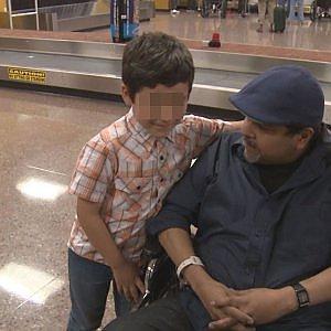 Allergico ai peli di animali, bimbo allontanato dall'aereo. E i passeggeri applaudono