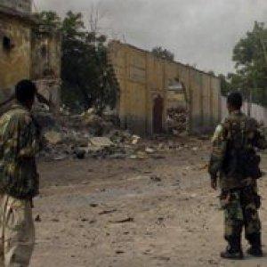Somalia, miliziani di al-Shabab attaccano hotel a Mogadiscio: almeno 14 morti