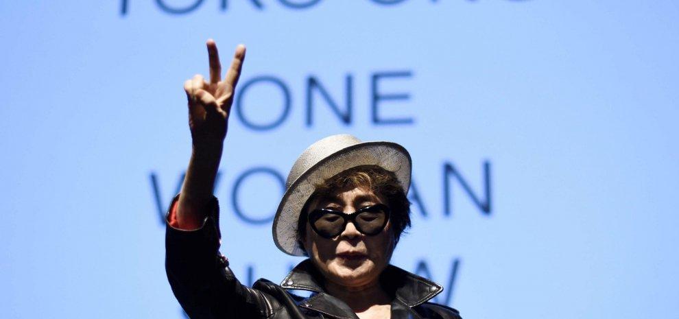 """Paura per Yoko Ono: """"Ricoverata, possibile infarto"""". Ma il portavoce: """"Influenza"""""""