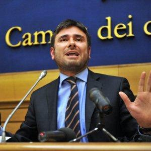 M5s: Di Battista, minoranza dem voti sfiducia Alfano