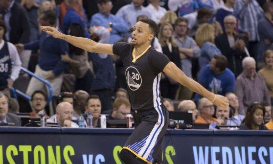 Basket, Nba: è ancora Super Curry, una tripla da urlo manda i Warriors ai playoff