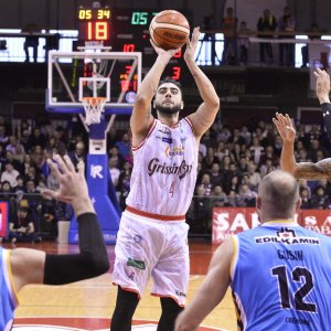 Basket, Reggio Emilia dimentica la coppa: batte Cremona e si tiene il primato