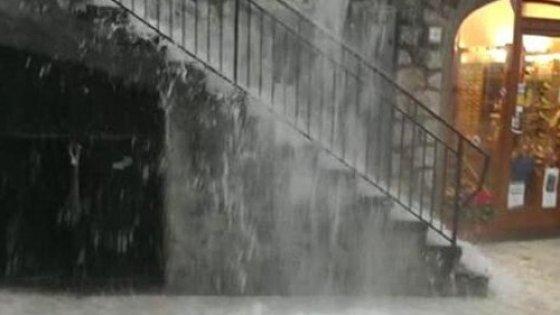 Maltempo, l'Italia sconvolta dalle piogge. 5 i morti, treno deraglia nel Biellese
