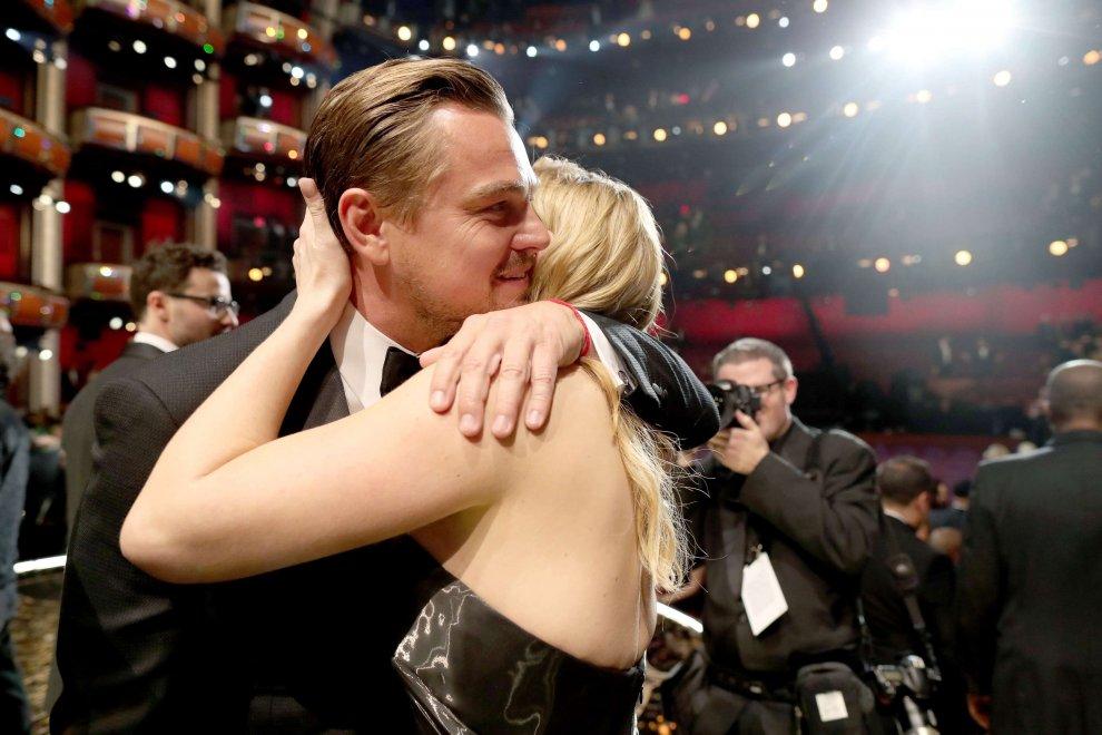 Oscar 2016, Leonardo DiCaprio e Kate Winslet: l'abbraccio dopo la vittoria