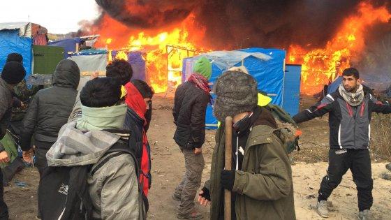 Migranti: Calais, sgombero sospeso a causa scontri