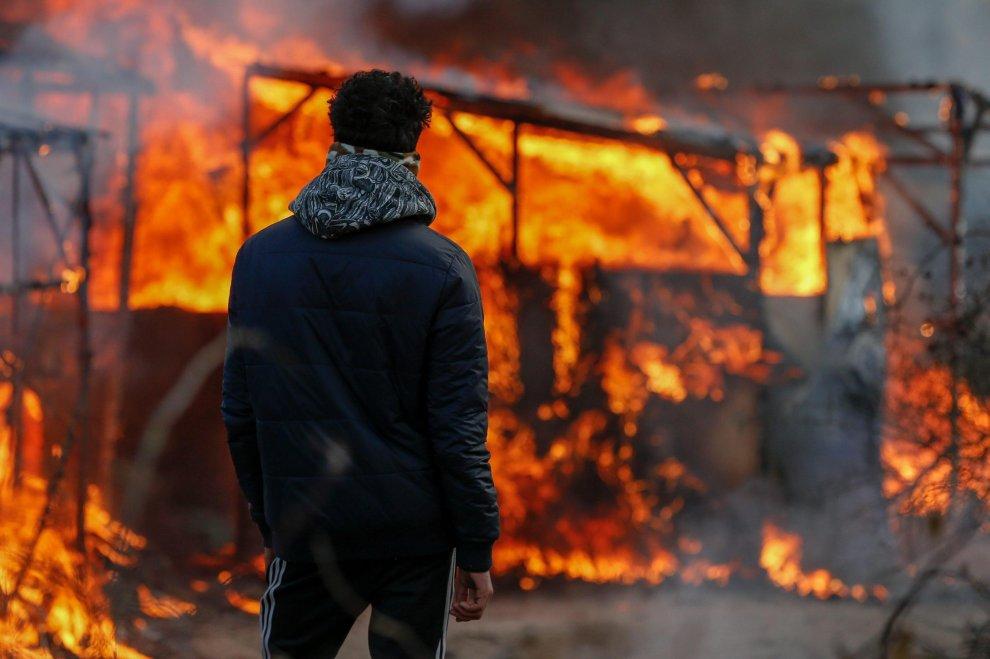 Francia, al via lo sgombero del campo profughi di Calais