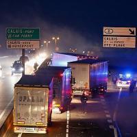 Calais, notte di scontri tra polizia, migranti e attivisti no border