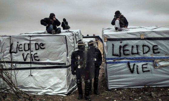 Migranti, ripreso sgombero a Calais. Tensione a confine greco-macedone, Ue preoccupata