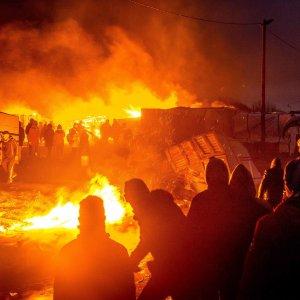 "Migranti, ripreso sgombero Giungla di Calais. Papa a Europa: ""Giustizia e soccorso"""