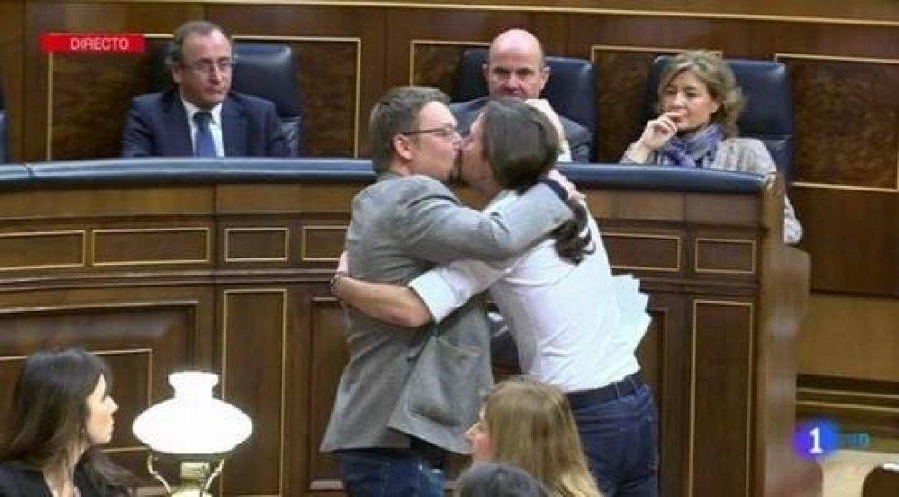 Spagna: sorpresa in Parlamento per il bacio tra Iglesias e il leader indipendentista