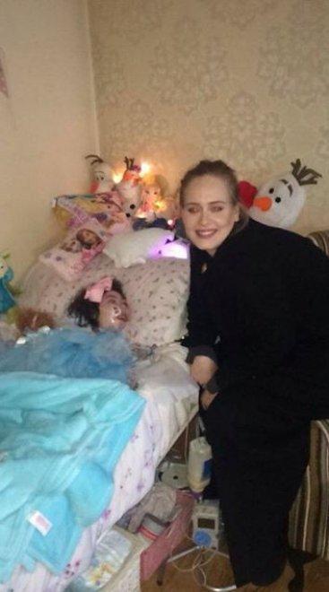 Belfast, Adele visita a sorpresa ad una piccola fan malata