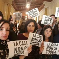 ''La casa non si tocca'': protesta M5s alla Camera