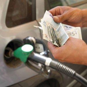 Benzina, nel 2015 risparmiati 7,1 miliardi per il pieno