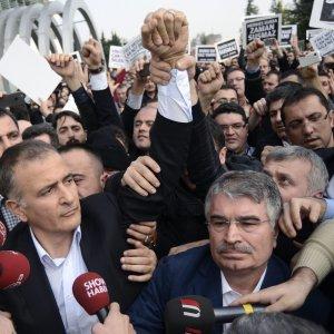 """Turchia, sequestrato giornale anti-Erdogan. """"È la fine della libertà dei media nel nostro paese"""""""