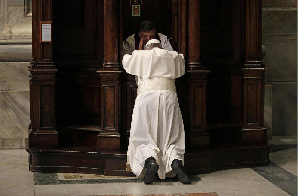 Papa si inginocchia in un confessionale in San Pietro: l'assoluzione da un semplice sacerdote