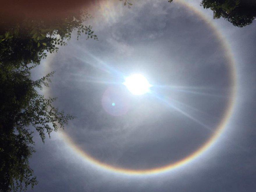 Un cerchio perfetto attorno al sole: lo spettacolo nel cielo africano