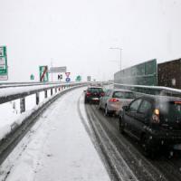 Maltempo, nevica sul Nord d'Italia. Traffico in tilt in Liguria e Lombardia