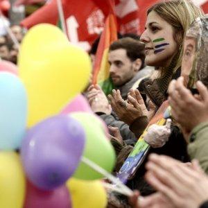 """Unioni civili, in piazza a Roma il popolo arcobaleno: """"La battaglia continua"""""""