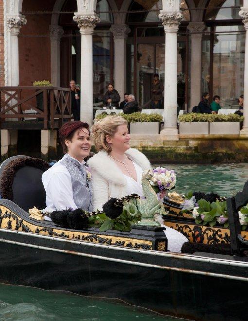 Venezia, Amy e Nicole spose in laguna: il sì in gondola
