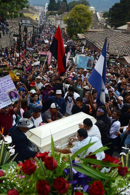 """Honduras, i funerali dell'ecologista Berta Càceres: """"""""Non è morta, la sua battaglia continua"""""""