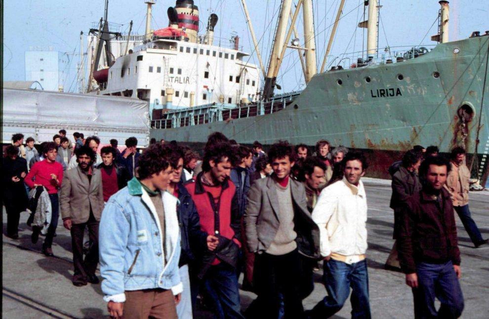 """Quando l'Italia era """"Lamerica"""": 25 anni fa lo sbarco degli albanesi a Brindisi"""
